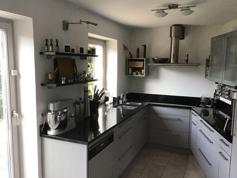 Blick in die moderne Einbauküche