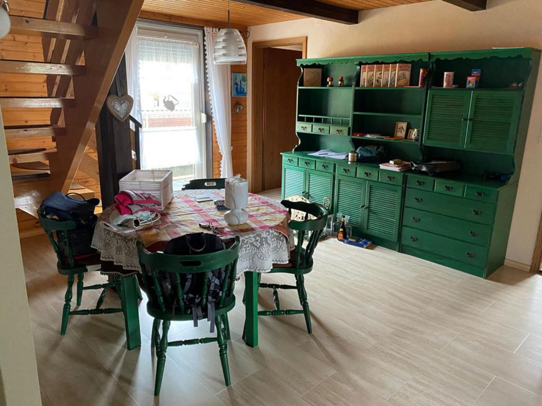 OG. Diele mit Holztreppe zum Dachgeschoss