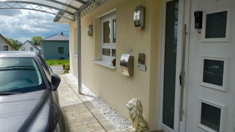 Hauseingang mit überdachtem Carport