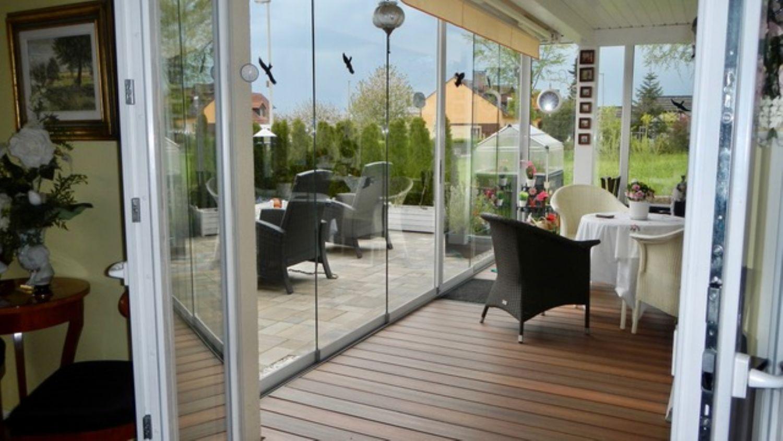 Blick zum Wintergarten und der Terrassenansicht