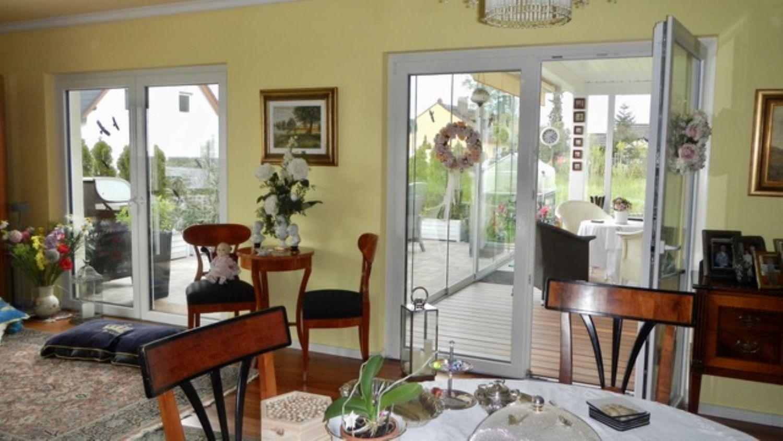 Esszimmer mit Zugang zum Wintergarten und der Terrasse