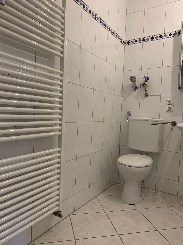 Badezimmer mit hellen Wand-Bodenfliesen