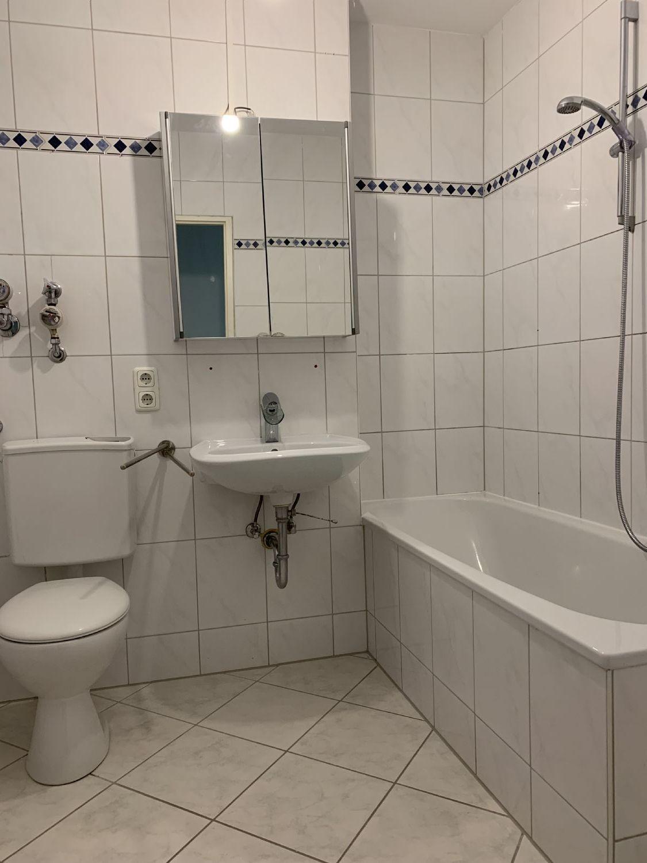 Badezimmer bis zur Decke hell gefliest
